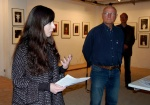 Der Entdecker von Farah Willem, Horst-Rainer Judith, lauscht konzentriert dem empathischen, sachkundigen Vortrag von Yanine Esquivel. — hier: Bürgergalerie Neumünster eV.